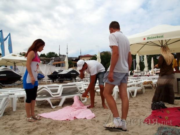 """Бич-бой """"Ибицы"""" пытается вышвырнуть подстилку с пляжа"""