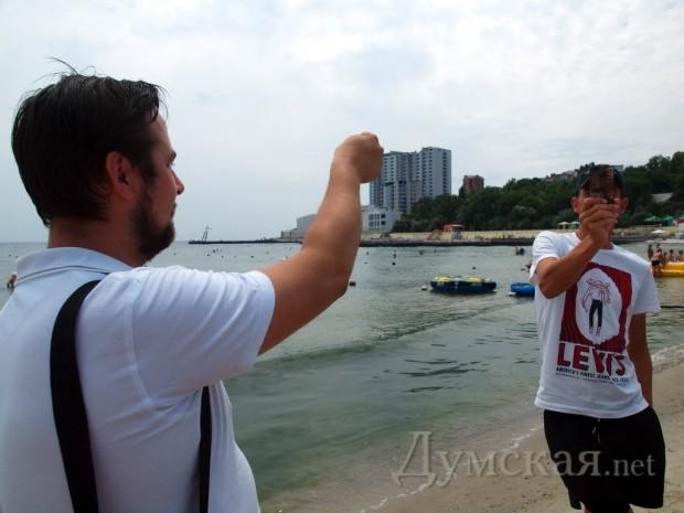 """Юрий Каникаев (слева) и """"случайный прохожий"""" активно мешают друг другу снимать друг друга на видео"""