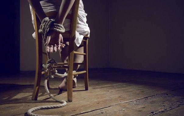 Привязали девушку к стулу
