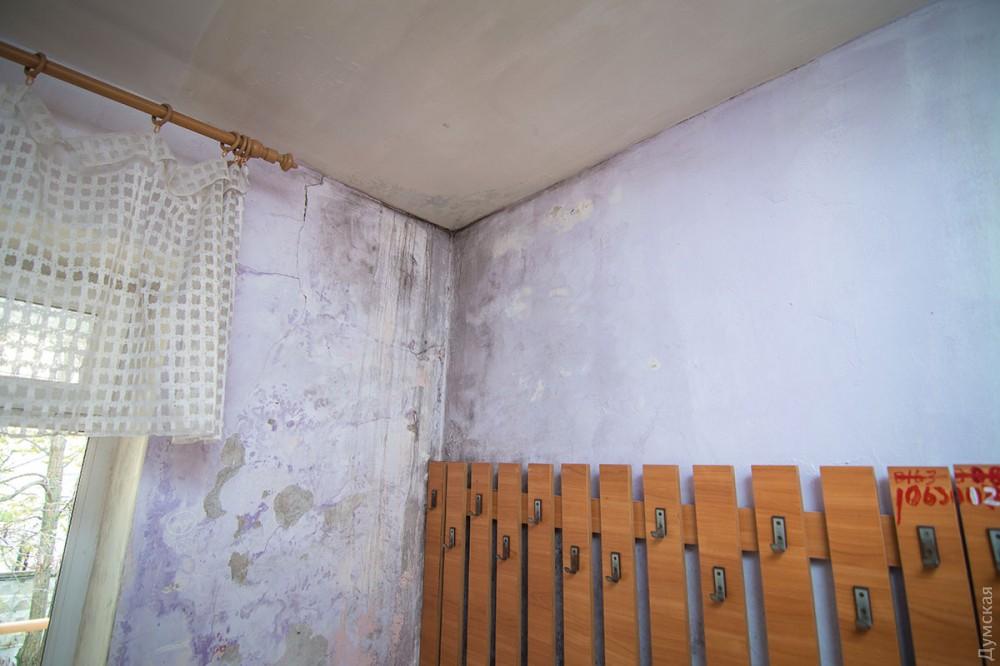 В раздевалке на стене плесень