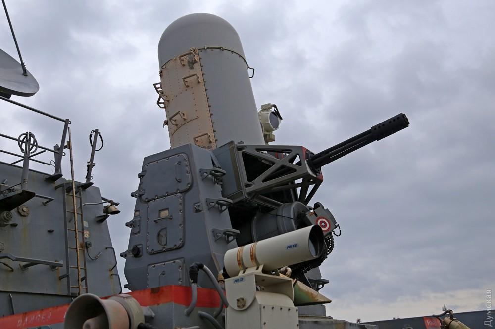Зенитный артиллерийский комплекс Mark 15 Phalanx CIWS, он же Vulcan-Phalanx. Делает 3000 выстрелов в минуту!