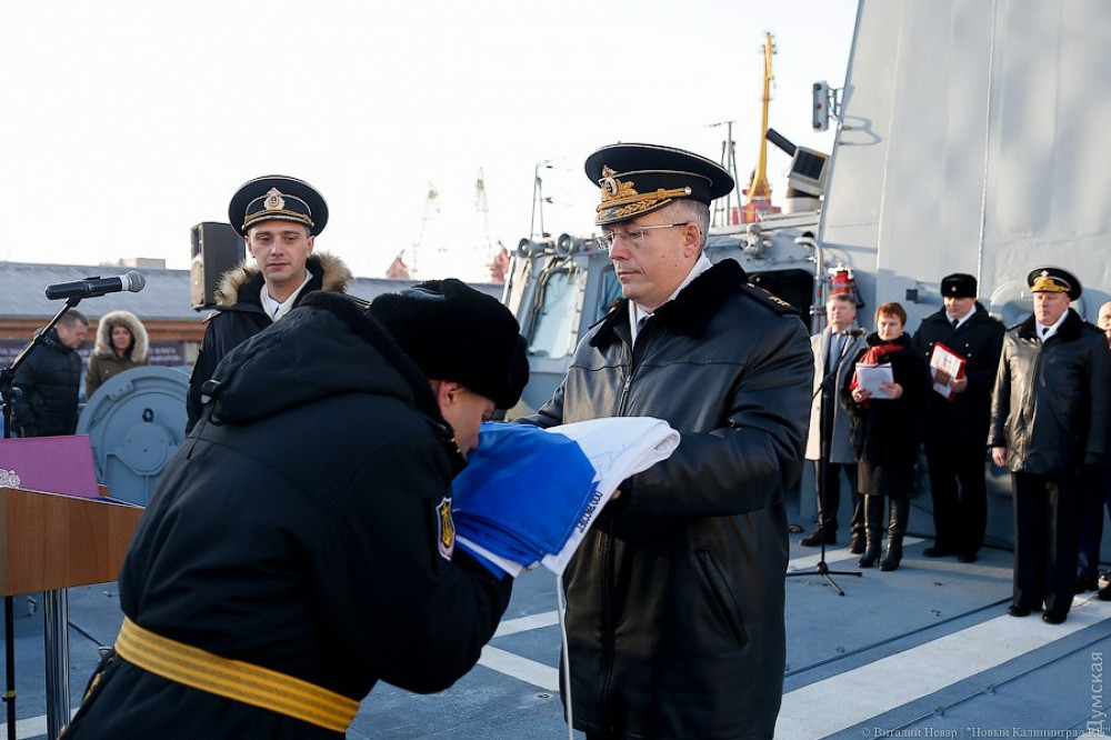 На заднем плане присутствует еще один предатель - бывший первый заместитель командующего ВМСУ вице-адмирал Сергей Елисеев