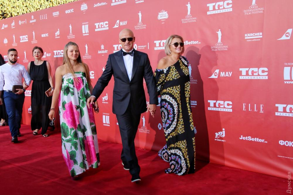 Геннадий Труханов с дочерью Алисой и Татьяной Колтуновой на красной дорожке Одесского кинофестиваля