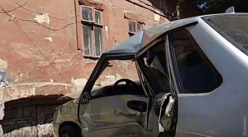 На одесской Молдаванке «Лада» после столкновения с Renault вылетела на тротуар