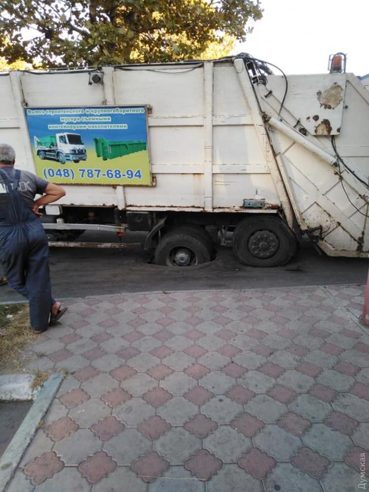 В Черноморске мусоровоз продавил асфальт и провалился колесом в ливневку