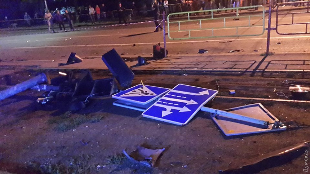 Коммунальщики восстановили светофор, снесенный виновником кровавого ДТП на Фонтане