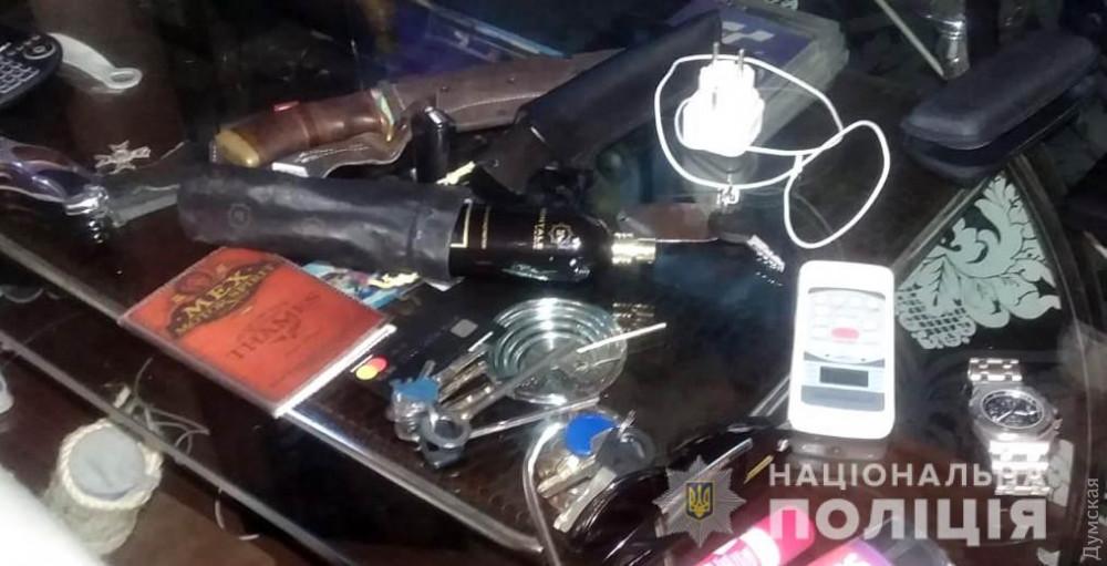 В Одессе задержали иногороднего наркодилера, который хранил на съемной квартире оружие и выращивал марихуану