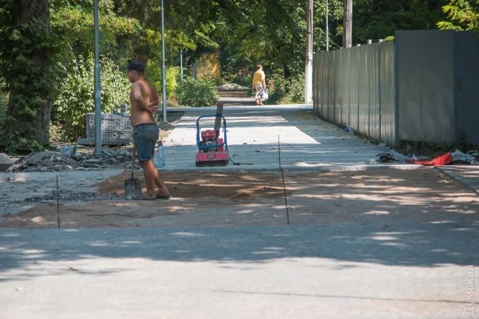 На весь парк работает всего одна бригада строителей, человек пять. Кладут то, что лучше всего получается класть у одесской мэрии, - плитку