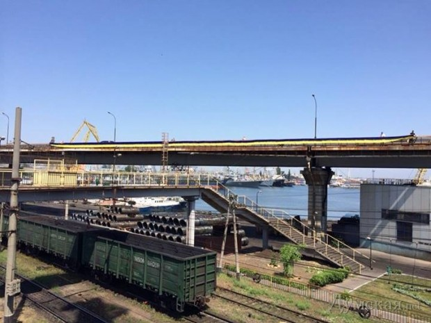 Фотофакт: эстакаду Одесского порта украсили 500 метровым флагом фото