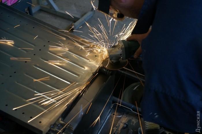 Здесь и ниже - процесс создания электротрактора. Фото Мурата Макоева