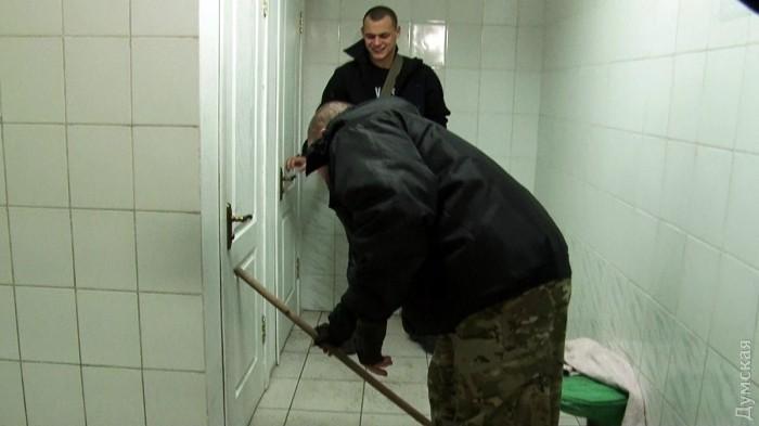 konchil-v-devushku-v-tualete