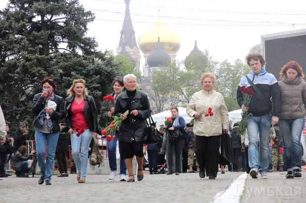 На площадь пришли люди разных политических взглядов. Было немало сторонников единой Украины