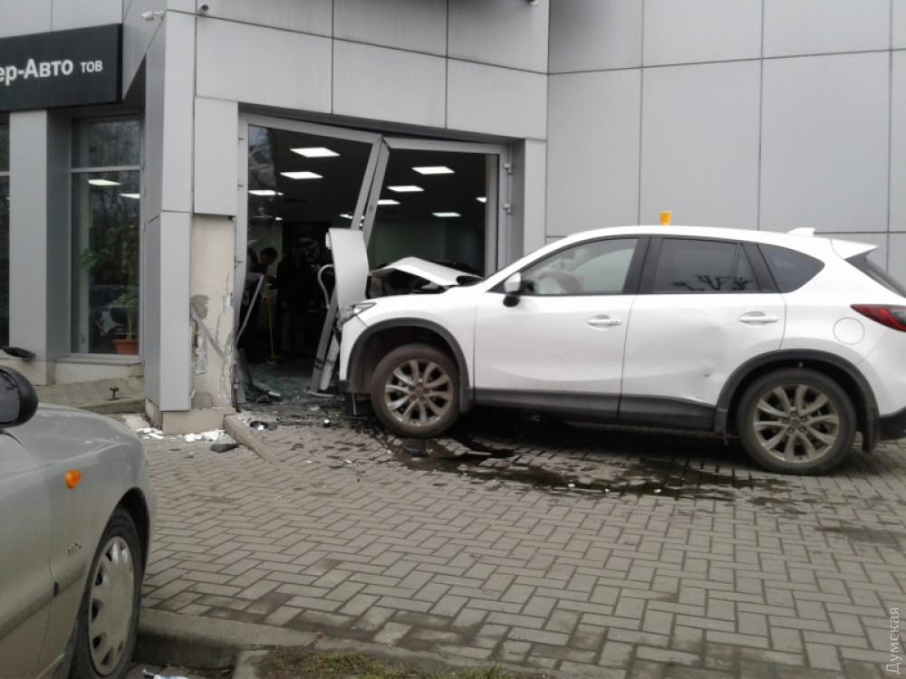 В результате ДТП на Люстдорфской дороге машина въехала в автосалон