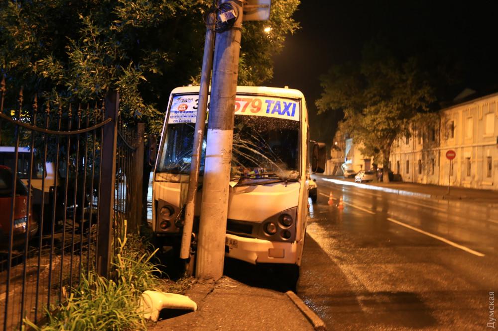 В Одессе маршрутка врезалась в столб: есть пострадавшие