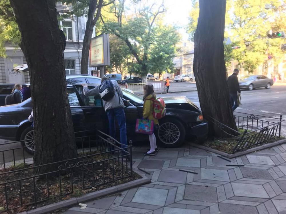 В центре Одессы водитель BMW врезалась в дерево