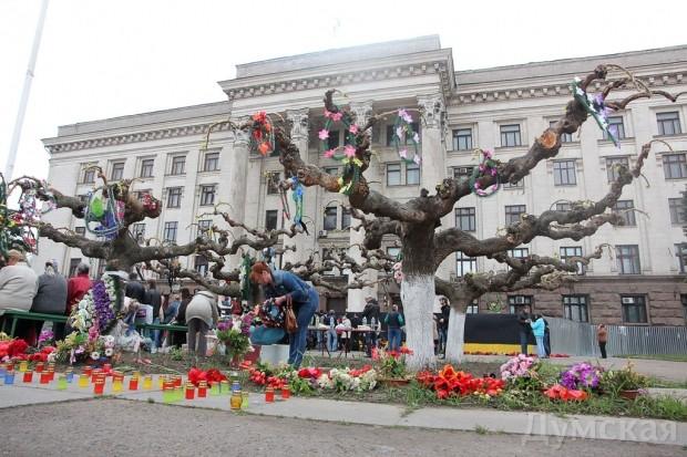 Деревья у Дома профсоюзов превратились в мемориал