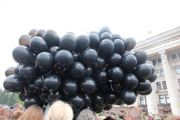 В память о жертвах трагедии выпустили черные шарики