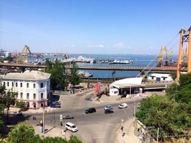 Фотофакт: эстакаду Одесского порта украсили 500 метровым флагом фото 1