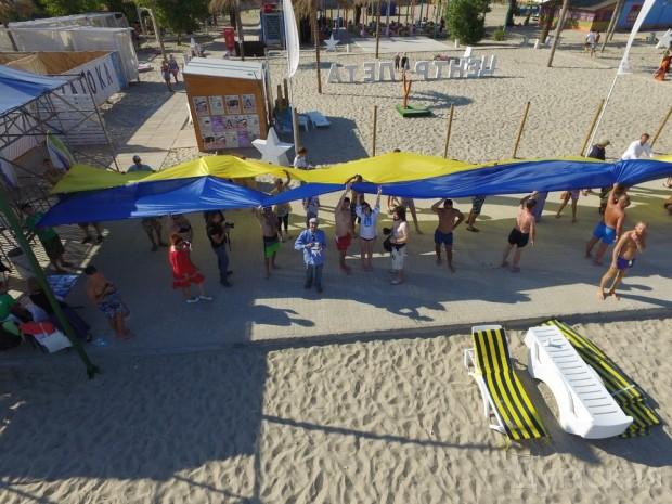 В Затоке пляжники растянули вдоль набережной километровый украинский флаг (Фото), фото-2