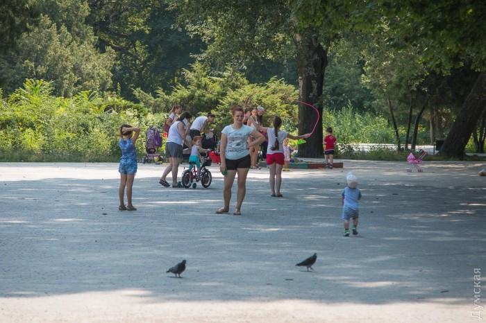 На главной площади гуляют молодые мамочки с детьми. В глубину парка они заходить не рискуют