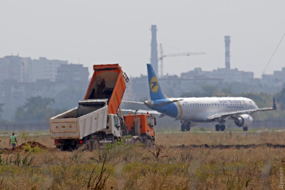 Строители новой взлетки одесского аэропорта жалуются на невысокие зарплаты и тяжелые условия труда