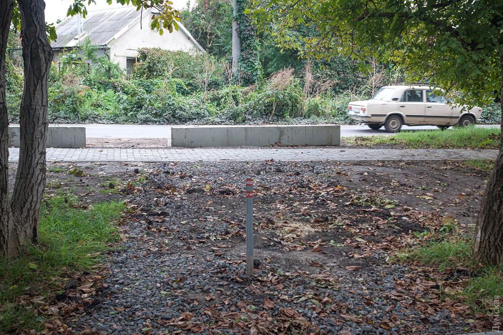 Парк 411-й батареи защищают от автохамов бетонными блоками