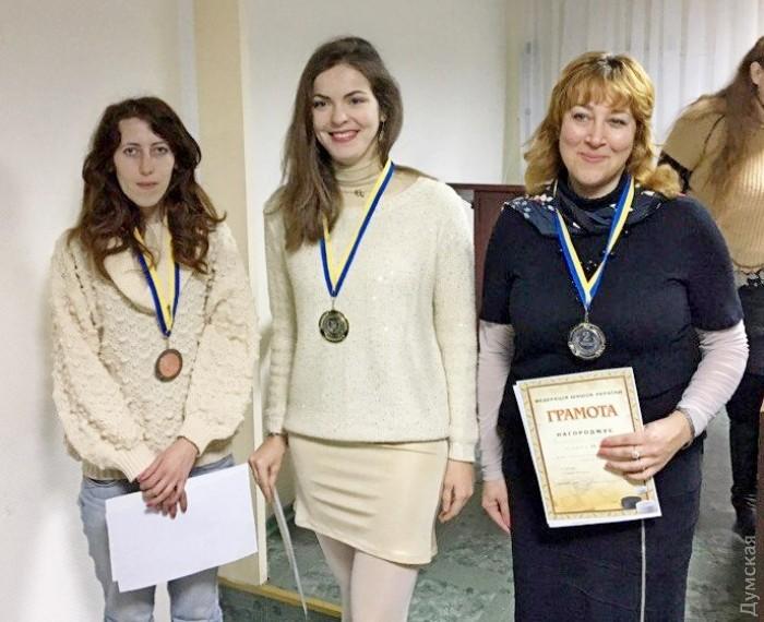 Виктория Мотричко (в центре) в четвертый раз подряд завоевала титул чемпионки Украины по шашкам