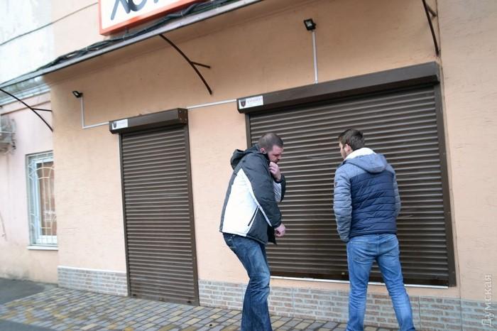 Работники офиса, увидев первых таксистов, спешно его закрывают