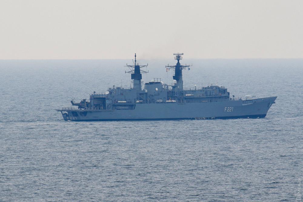 На румынском фрегате выкатили палубный вертолет