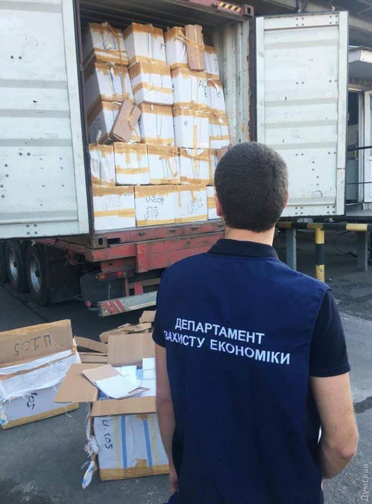 Должностные лица Одесской таможни «подрабатывали» на контрабанде парфюмерии мировых брендов