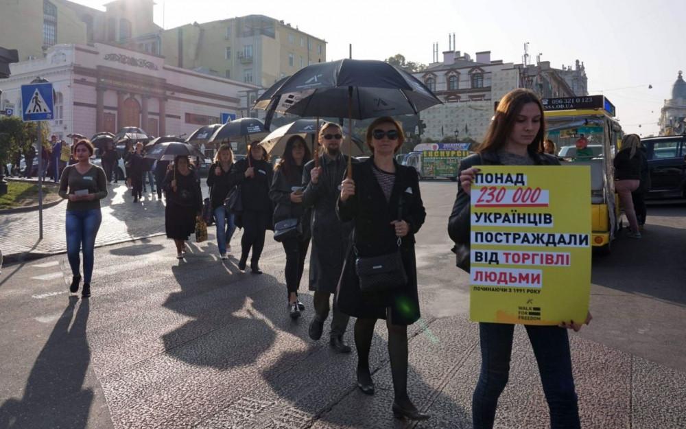 Молчание и черные зонты: одесситы провели марш против торговли людьми
