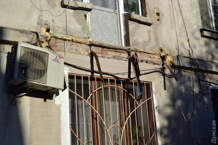 На молдаванке обрушился балкон: пострадала женщина (фото) (в.