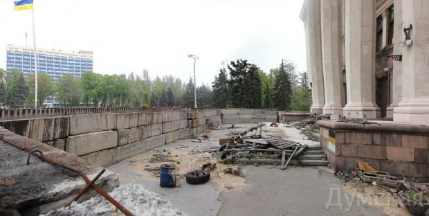 Забор вокруг Дома профсоюзов усилили бетонными блоками по технологии Скорика
