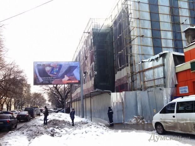 На месте бывшего кинотеатра, кстати сгоревшего в 2011 году, должен открыться новый универсам