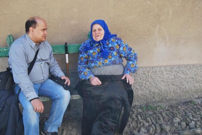 Дмитрий Жданов общается с пожилой жительницей Кубея