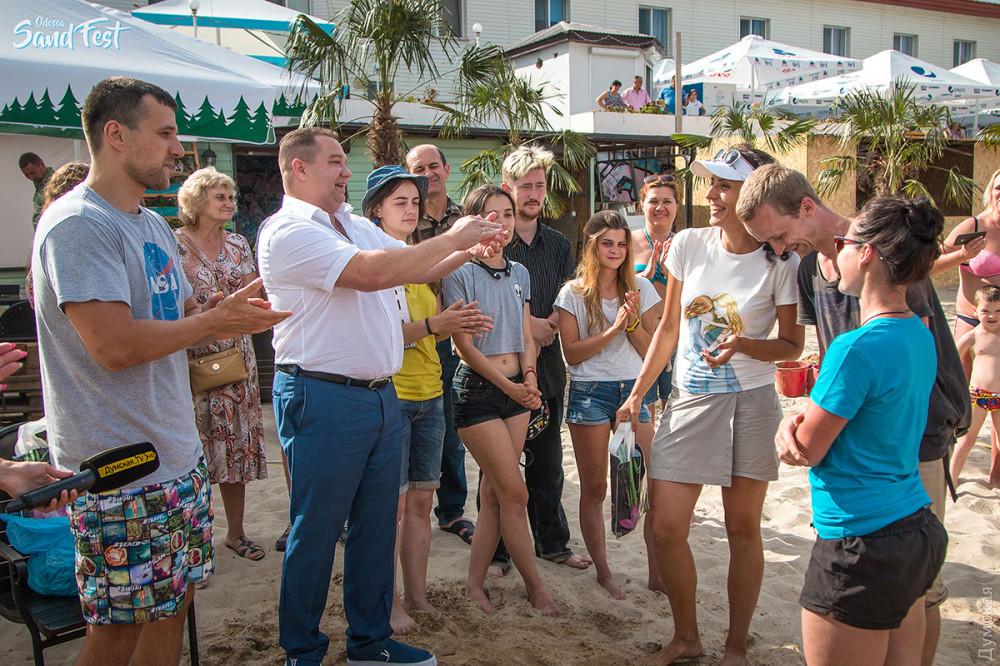 Директор компании «Фамильный Дом» Дмитрий Ковров вручает приз команде Ирины Загайчук