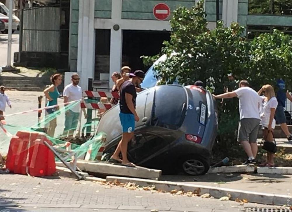 Припарковался: в районе Аркадии Nissan нырнул в яму