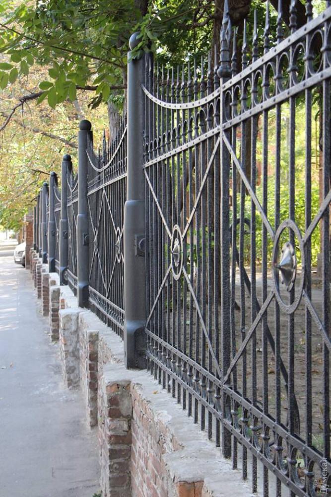 Возле одесского артучилища отреставрировали уникальную ограду из пушек XIX века