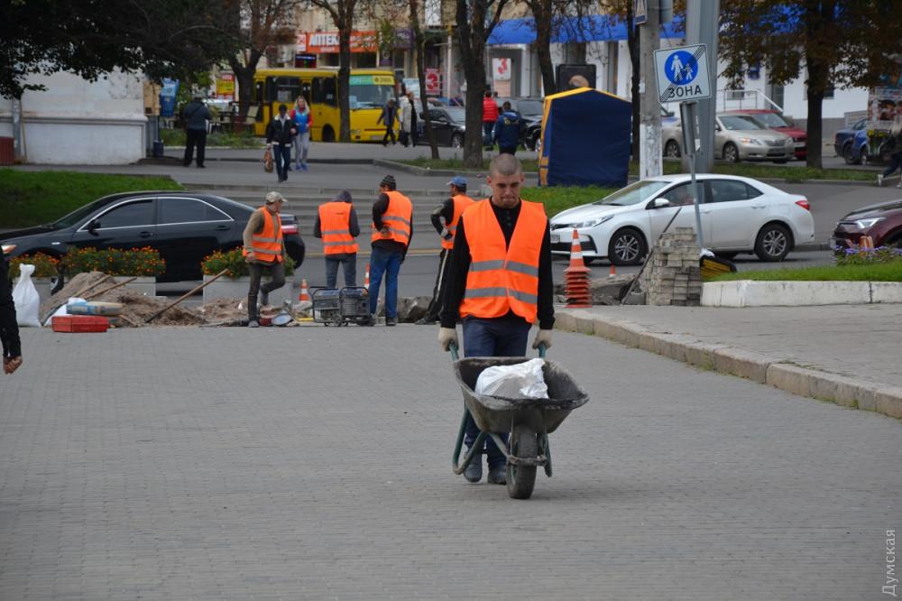 Борьба с дрифтерами: на площади 10 Апреля подняли пешеходные переходы