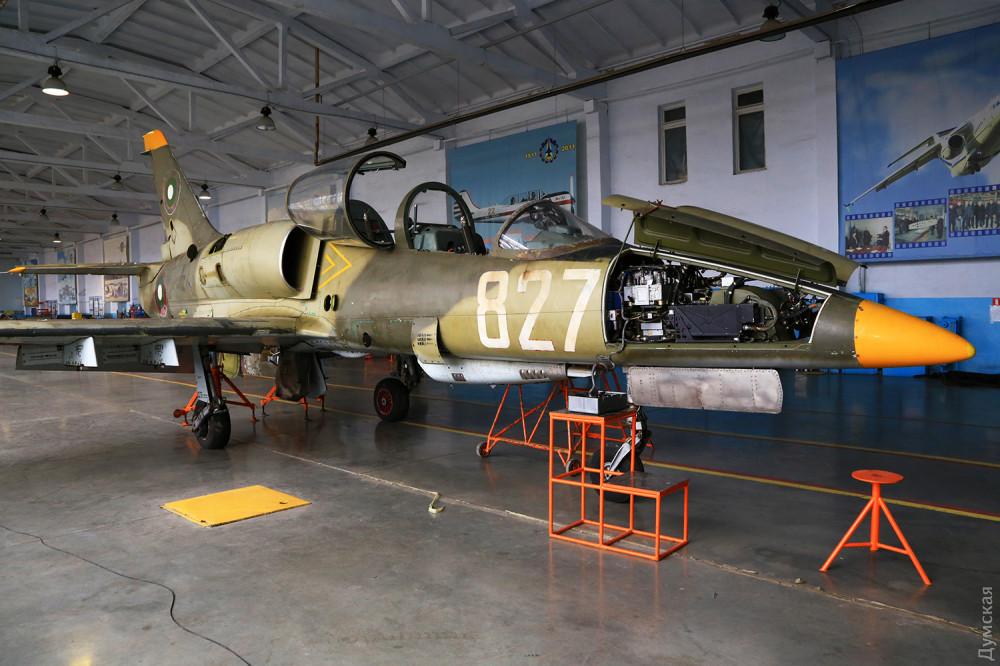 """Одна из болгарских """"элок"""" до ремонта. Видна пушка ГШ-2-23 в нижней части фюзеляжа"""