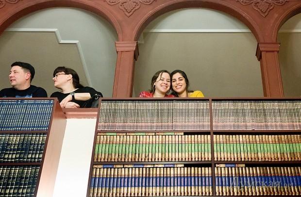 Раньше женщины могли участвовать в публичной молитве, только находясь на балконе по периметру зала синагоги