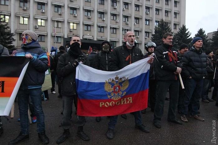 Площадь перед облсоветом во время внеочередной сессии 3 марта 2014 года. Эти люди хотели принести войну в Одессу