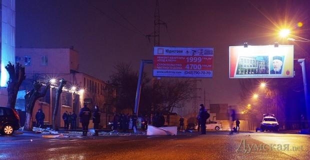 Взрыв раскидал обломки фасада по всей улице