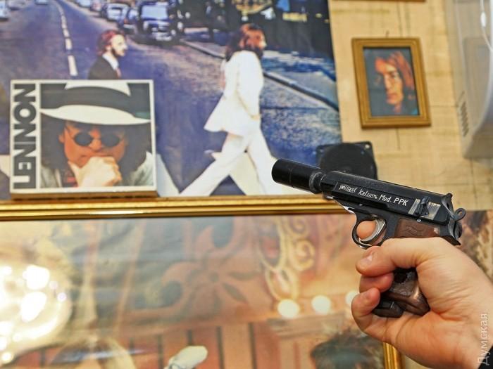 Копия пистолета, из которого убили Леннона
