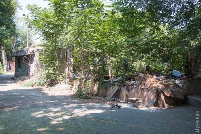 Редкие здания заброшены и используются как туалеты и мусорники