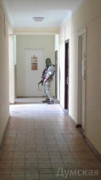 Человек в неустановленной униформе с маской на голове. Террорист?