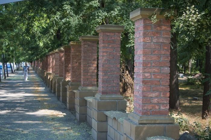 Еще весной вдоль Мечникова начали строительство новой ограды