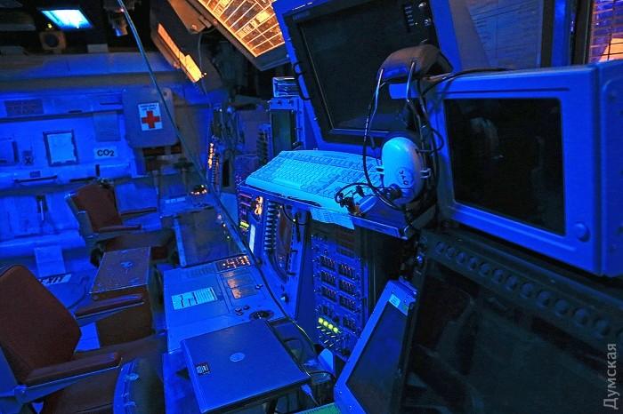 Синяя подсветка позволяет лучше замечать желтые отметки целей на экранах радаров