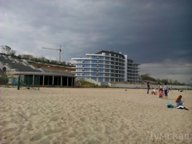 """Еще одну гостиницу построили у подножия лестницы, прямо на пляже. Чиновники говорят, что она """"укрепляет склон"""""""