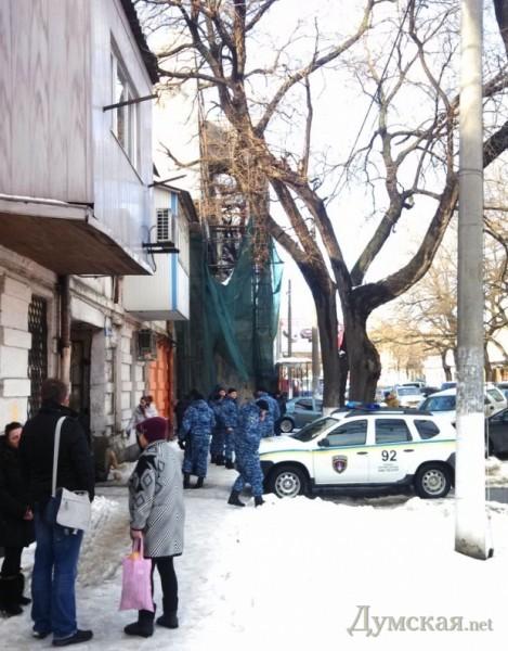Прилегающий квартал был заполонен работниками милиции